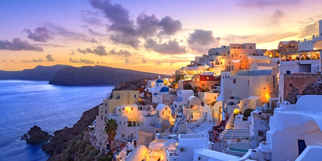 Greece to open doors to COVID-negative, vaccinated tourists